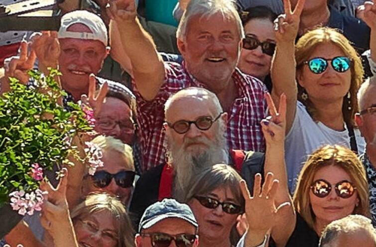 Centralnie, z brodą, w przyciemnianych okularach - gdański pisarz Mieczysław Abramowicz