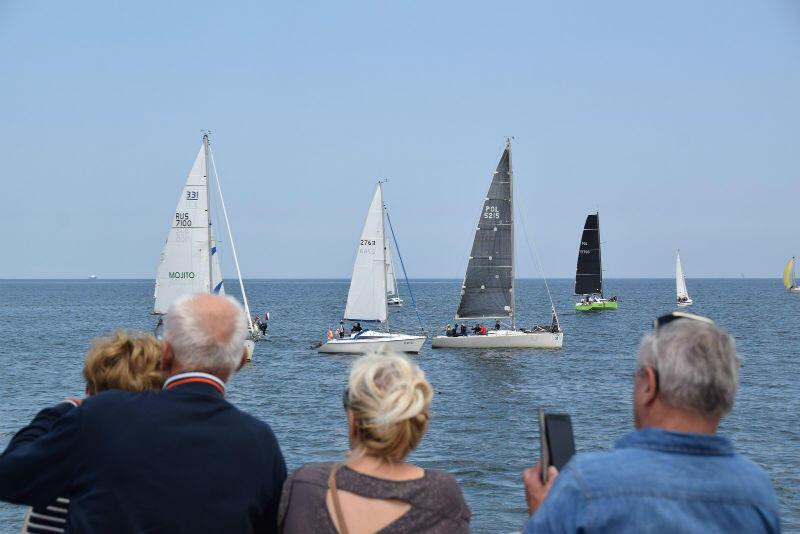 Rywalizację żeglarzy można obserwować z plaży i mola w Brzeźnie