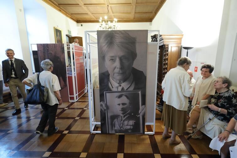 Fragment wystawy, na której można obejrzeć zdjęcia i dokumenty związane z życiem Olgi Krzyżanowskiej, a także pamiątki po jej rodzicach