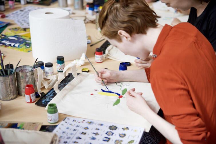 Tradycyjne kaszubskie wzory to magia kolorów, którą podczas warsztatów z Angeliką Szulfer uczestnicy przenieśli na przedmioty użytkowe - worki i torby bawełniane