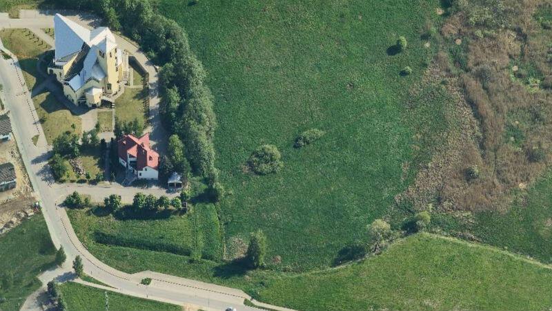 Rejon przy ul. św. Brata Alberta - po lewej kościół z plebanią, obok teren porośnięty łąkami