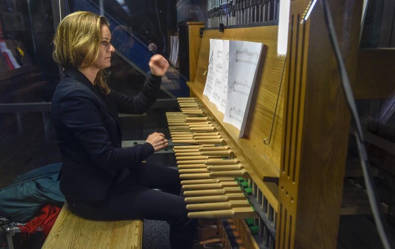 Monika Kaźmierczak, gra dla gdańszczan już od kilkunastu lat. Tytuł miejskiej carillonistki otrzymała z rąk prezydenta Pawła Adamowicza we wrześniu 2018 roku