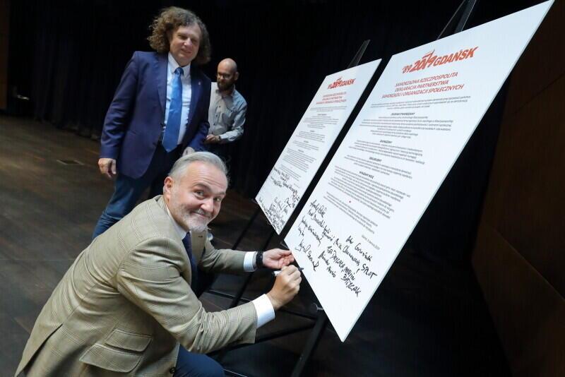 Prezydent Gdyni Wojciech Szczurek i prezydent Sopotu Jacek Karnowski, składają podpisy pod Deklaracją partnerstwa samorządu i organizacji społecznych, którą pierwsi sygnatariusze podpisali 3 czerwca 2019 r.