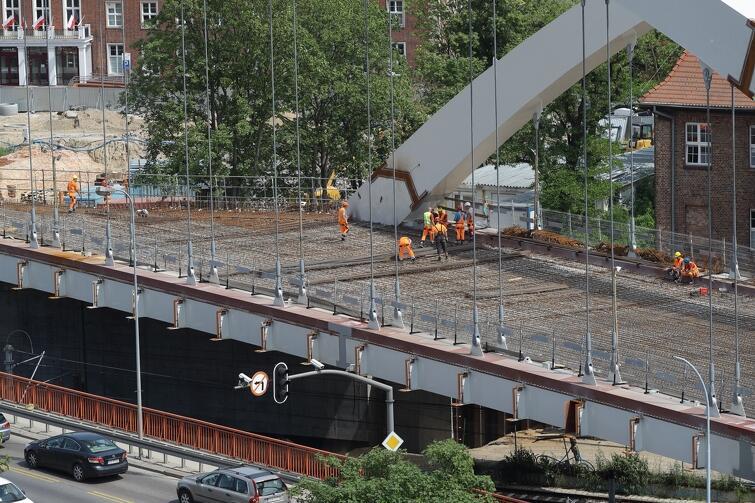 W ostatnich tygodniach podwieszono dolny ruszt konstrukcji stalowej do dźwigarów łukowych wiaduktu oraz zamontowano na nim płyty prefabrykowane