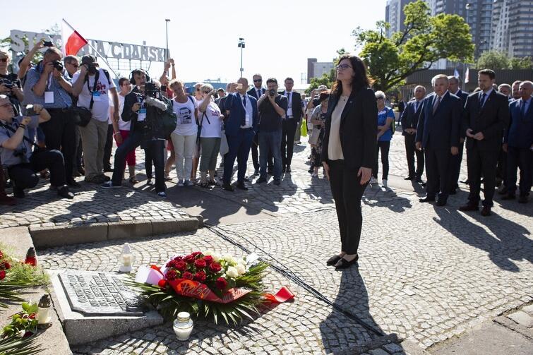Prezydent Gdańska Aleksandra Dulkiewicz pod Pomnikiem Poległych Stoczniowców. Ostatecznie samorządowcom umożliwiono złożenie kwiatów, ale wynikało to z łaski lidera stoczniowej Solidarności Karola Guzikiewicza, któremu wojewoda Drelich bezprawnie oddał Plac Solidarności do dyspozycji na cały dzień