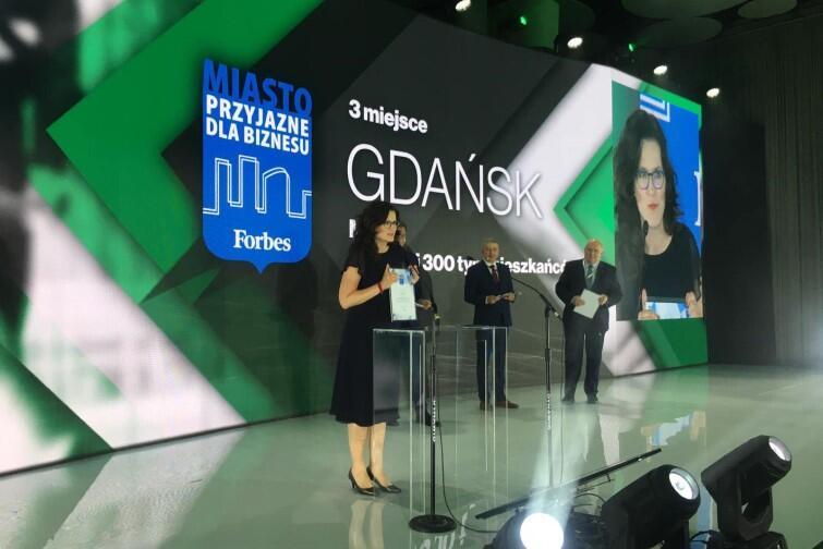 Prezydent Aleksandra Dulkiewicz odbiera nagrodę magazynu Forbes Polska dla Gdańska, który zajął pierwsze miejsce w kategorii Miasto Przyjazne dla Biznesu
