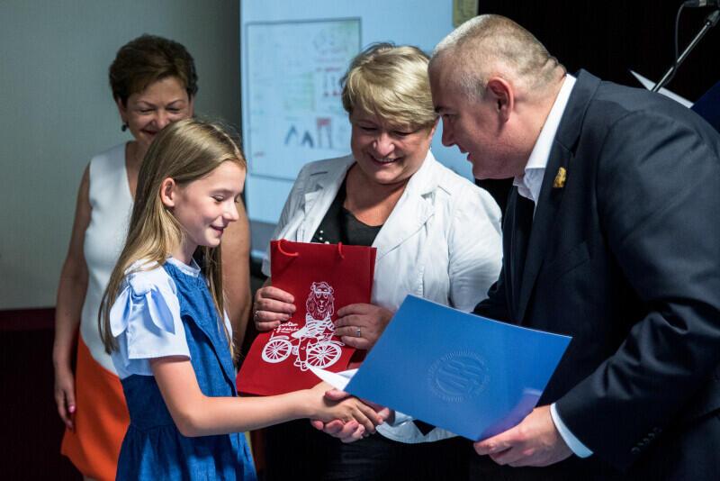 Nagrody laureatom wręczał zastępca prezydenta Gdańska ds. edukacji i usług społecznych Piotr Kowalczuk i Sławina Kosmulska, córka Lecha Bądkowskiego