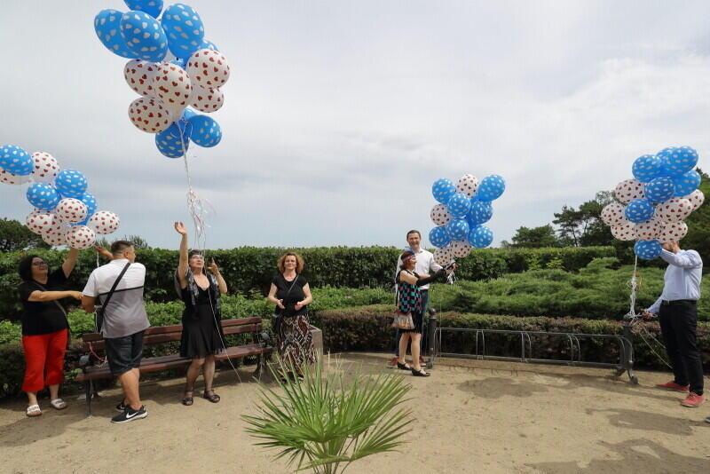 Odsłonięcie symbolicznej kurtyny zasłaniającej widok - tym razem w formie kiści baloników