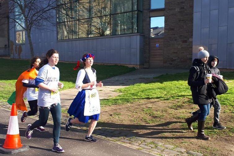 Bieg the Meadows Marathon w sukience kaszubskiej. Co prawda nie był to optymalny strój biegowy, ale doping kibiców wynagrodził mi niewygodę