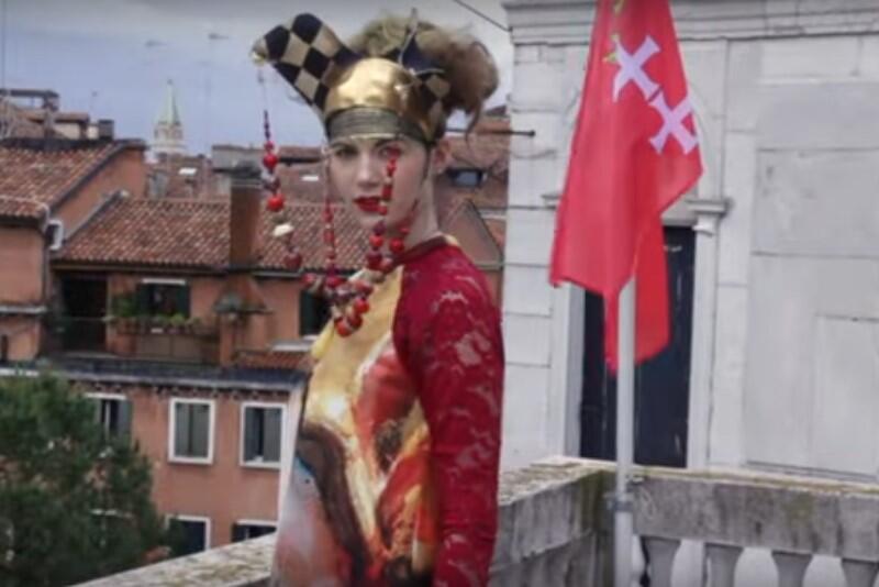 Gdańska wystawa bałtyckiego bursztynu w Wenecji przygotowana została według najlepszych zasad - nakręcono m.in. filmik promocyjny, inspirowany słynnym dziełem światowej kinematografii 'Oczy szeroko zamknięte' (reż. Stanley Kubrick)