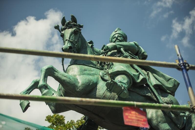 Pierwotną lokalizacją pomnika był Lwów, ale po II Wojnie Światowej, gdy miasto znalazło się pod władaniem ZSRR monument przeniesiony został do Warszawy