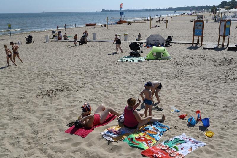Na plaży w Brzeźnie [na zdj.] oraz Stogach na piasku zamontowano drewniane kładki. Dzięki nim dojedziemy wózkiem prawie do samej wody