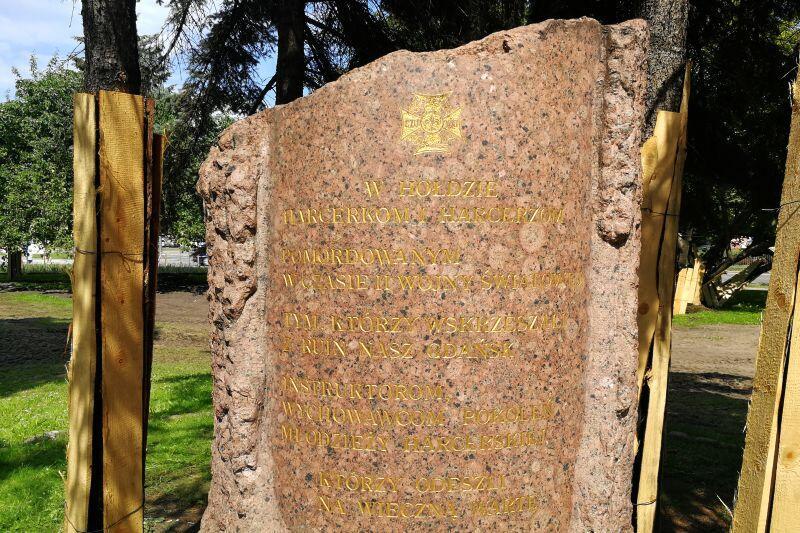 Na skwerze znajdują się aż cztery pomniki, w tym monument poświęcony harcerzom