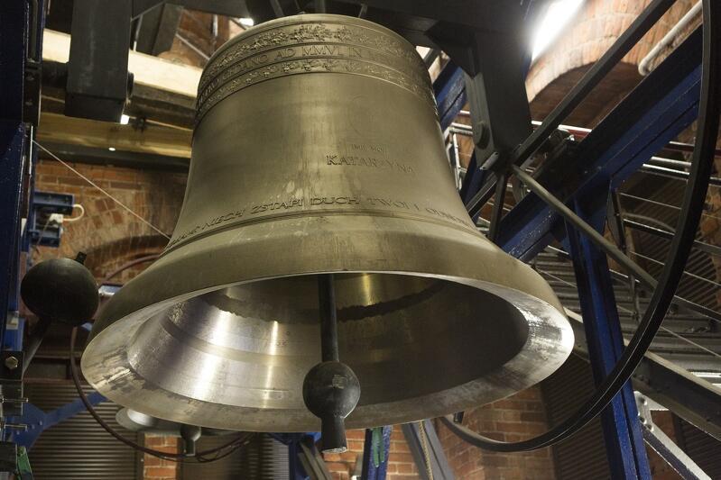 Jeden z 50. dzwonów carillonu na wieży Kościoła św. Katarzyny w Gdańsku