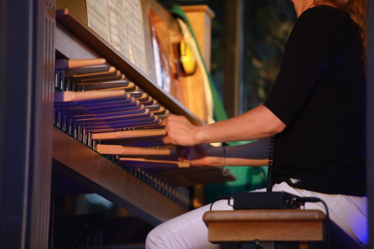 Melodie na carillonie muzyk wybija za pomocą specjalnej klawiatury, która porusza sercami dzwonów