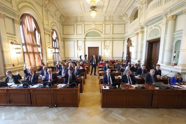 Sesje Rady Miasta Gdańska odbywają się w Nowym Ratuszu (dawny budynek klubu Żak). Nasz portal prowadzi relacje wideo na żywo - tak będzie i tym razem. Początek obrad: czwartek, 27 czerwca, godz. 9