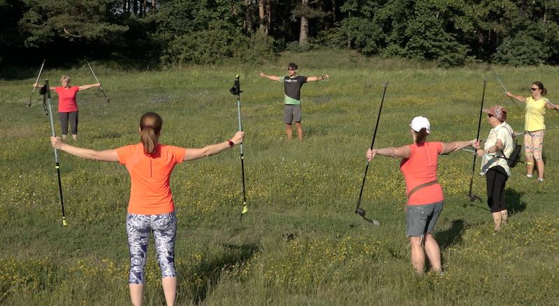 Przed treningiem obowiązuje rozgrzewka. Po niej, nowe osoby trener instruuje, mniej zaawansowanym przypomina, jak prawidłowo ćwiczyć w kijkami