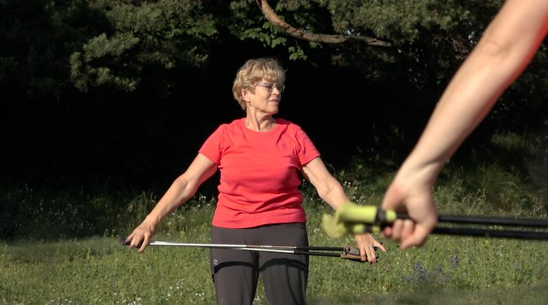 Nordic walking to także, a nie przede wszystkim, trening dla osób starszych. Marsze z kijkami świetnie wpływają na kręgosłup z którym problemy mają osoby nawet w młodym wieku