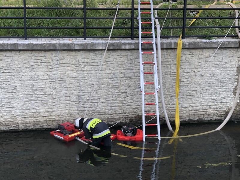 Strażacy czerpią wodę na potrzeby akcji z Kanału Raduni