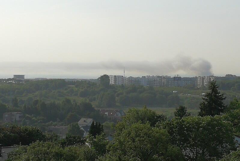Słupy dymu nad wielkim pożarem magazynów przy Trakcie św. Wojciecha widoczne były z daleka. Zdjęcie z perspektywy Jasienia, ok godz. 8