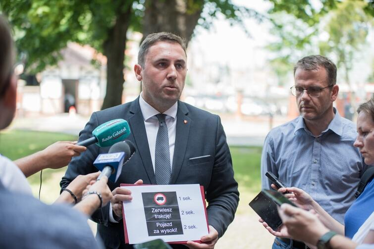 Piotr Borawski, Zastępca Prezydenta Gdańska, prezentuje projekt nowej tablicy informacyjnej dedykowanej przede wszystkim kierowcom samochodów ciężarowych