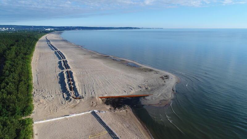 Piasek wydobyty z dna morza trafia najpierw na statek. Następnie astępnie dzięki rurociągom na plażę
