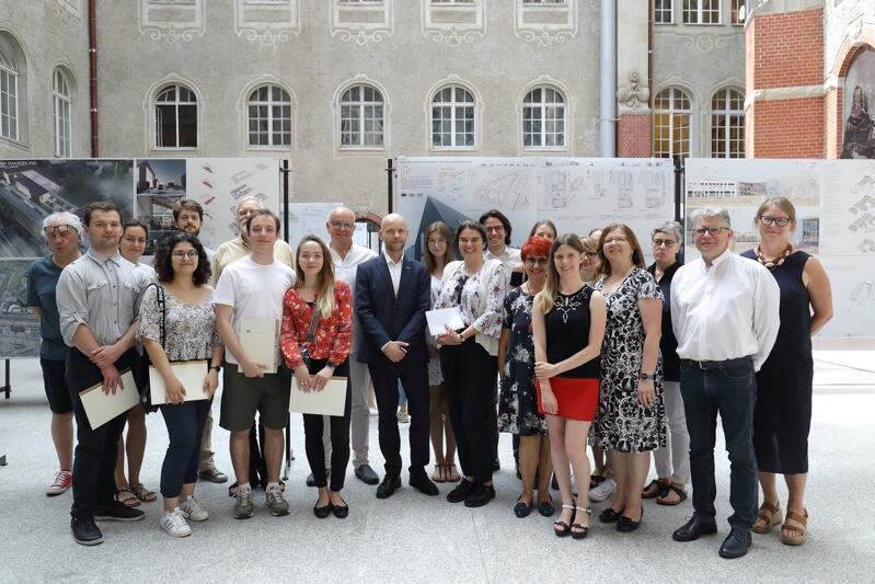 Wspólne zdjęcie wszystkich autorów wyróżnionych koncepcji i ich opiekunów merytorycznych oraz jurorów. W gronie pozujących także Alan Aleksandrowicz, z-ca prezydenta Gdańska ds. inwestycji.