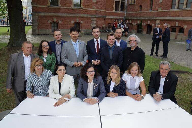 Radni i prezydent Gdańska przy fragmencie okrągłego stołu. Mebel w lipcu wyruszy w odwiedziny do gdańskich dzielnic, by mogli się przy nim spotkać mieszkańcy z władzami