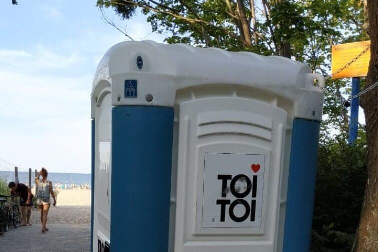 Przenośne toalety ustawiono m.in. w Pasie Nadmorskim, przy wejściach na plażę