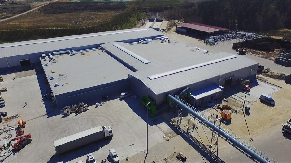 Nowa kompostownia to budynek o łącznej kubaturze rzędu 80 000 m3 i powierzchni 1,3 hektara, ma przetwarzać 40 tys. ton odpadów biodegradowalnych rocznie.