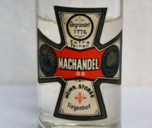 """Znak firmowy """"Machandla"""" ma kształt krzyża w kolorach czerwonym i czarnym"""