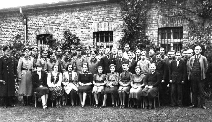 Pracownicy oliwskiego archiwum w 1940 roku. Wśród grupy oficerów niemieckich, dziewiąty od lewej, widoczny kierownik archiwum, G. Böhm