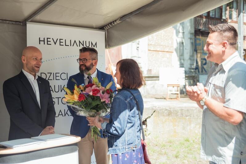 Dorota Kuś - mieszkanka Brzeźna i wielka orędowniczka remontu Domu Zdrojowego oraz Dobrosław Bielecki przewodniczący Rady Dzielnicy Brzeźno wręczyli kwiaty prezydentowi Alanowi Aleksandrowiczowi