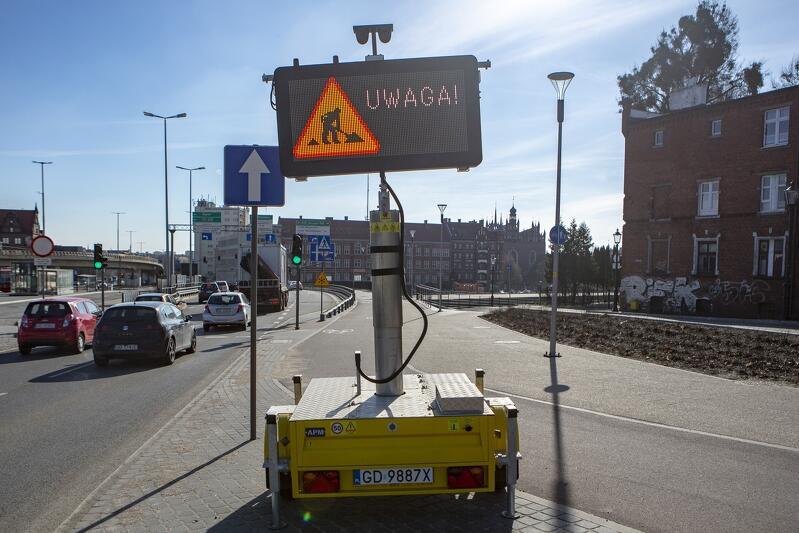 Tablica informująca o nadchodzących utrudnieniach w ruchu związanych z przebudową węzła Toruńska