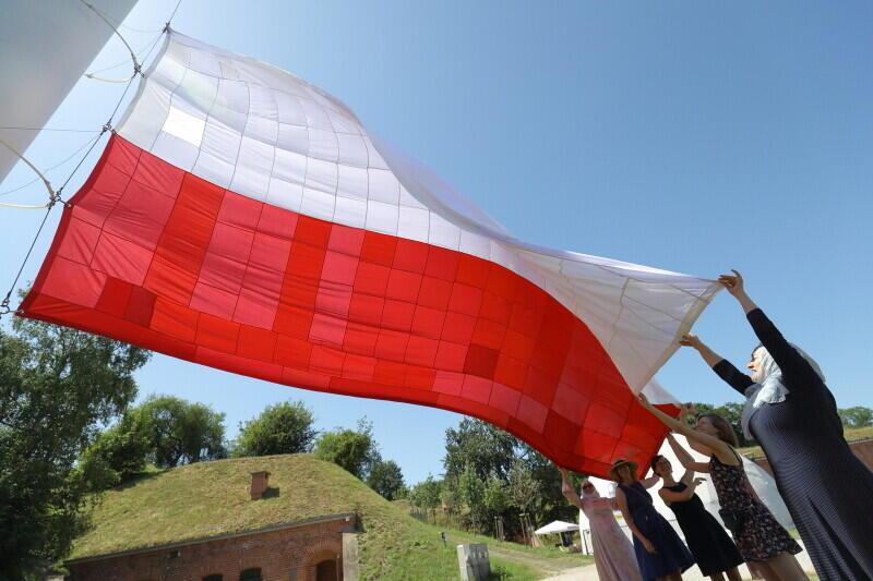 Moment zawieszenia flagi uszytej w trakcie obchodów 4 czerwca