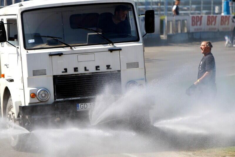 Tor w Gdańsku był bardzo suchy. Polewaczka na zroszenie wjeżdżała kilka razy, co wykorzystywali także członkowie obsługi zawodów