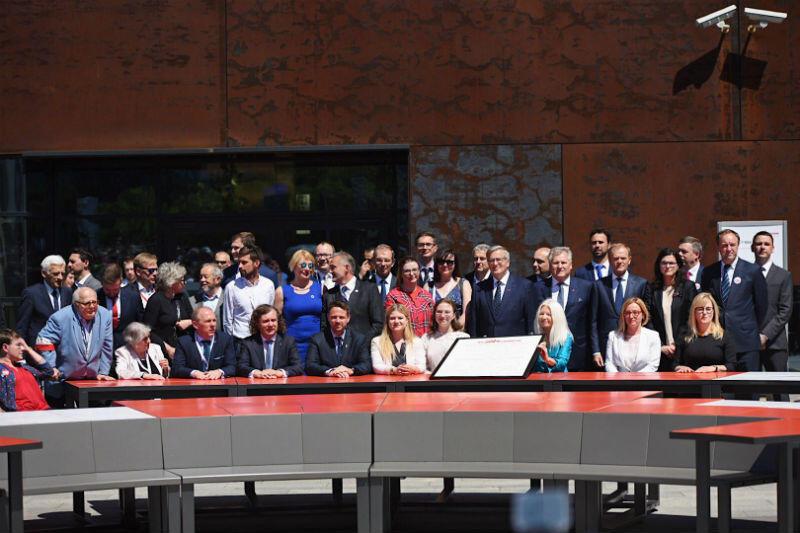 4 czerwca 2019 roku, okrągły stół przed Europejskim Centrum Solidarności. Wspólne zdjęcie po podpisaniu Gdańskiej Deklaracji Wolności i Solidarności