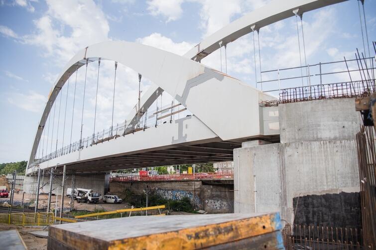 Na budowie wiaduktu Biskupia Górka praca wre. Właśnie zakończono wylewanie warstw konstrukcyjnych, na których położona będzie sześciopasmowa jezdnia