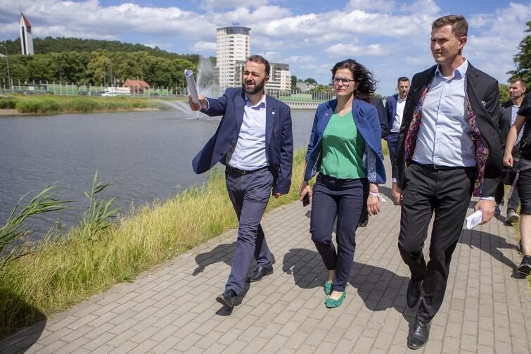 Po Zbiorniku Srebrniki władze Miasta oprowadzał Ryszard Gajewski, prezes Gdańskich Wód (po lewej)