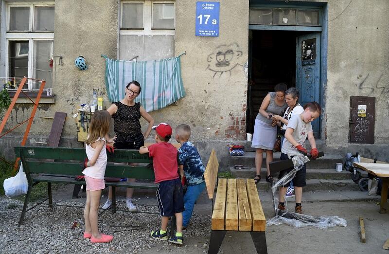 W miniony weekend mieszkańcy budowali ławki i stoły