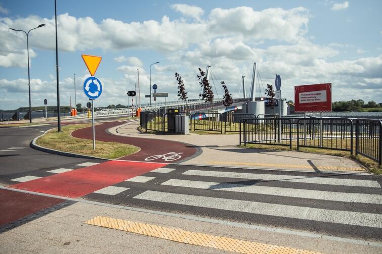 Nowo wybudowana droga dla rowerów wzdłuż ul. Turystycznej łączy się z drogą rowerową, która powstała w ramach budowy mostu zwodzonego na Wyspę Sobieszewską
