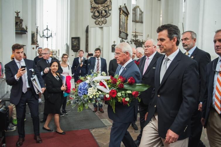 Kwiaty w hołdzie Pawłowi Adamowiczowi, przed grobem śp. prezydenta Gdańska w Bazylice Mariackiej