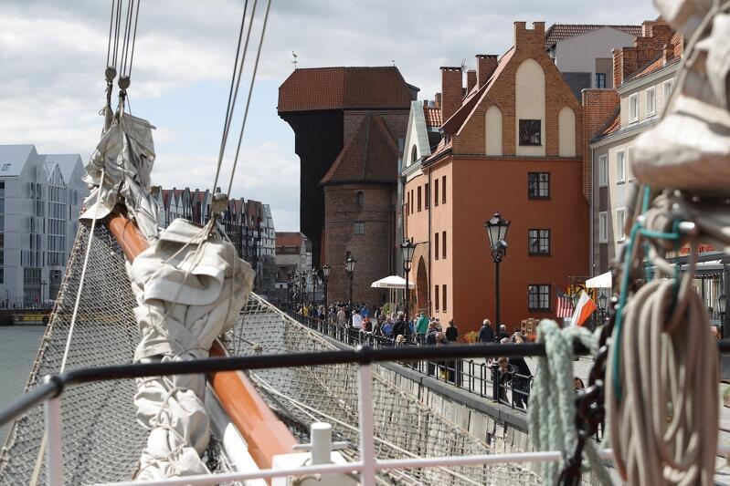 Widok z pokładu holenderskiego żaglowca Loth Loriën w kierunku Długiego Pobrzeża. To pierwsza jednostka, która przybyła na Gdańsk Baltic Sail 2019, cumuje przy Rybackim Pobrzeżu