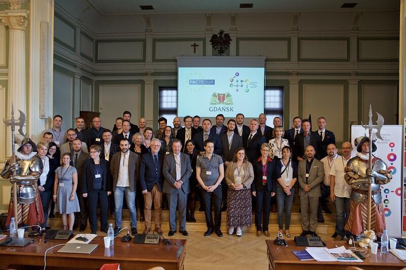 Pamiątkowe zdjęcie uczestników konferencji projektu PACTESUR w Gdańsku (halabardnicy nie brali udziału w obradach)
