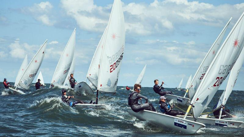Młodzi żeglarze zmagali się z silnym wiatrem
