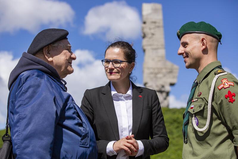 Od lewej: kpt. Henryk Bajduszewski, prezydent Aleksandra Dulkiewicz i hm. Artur Lemański