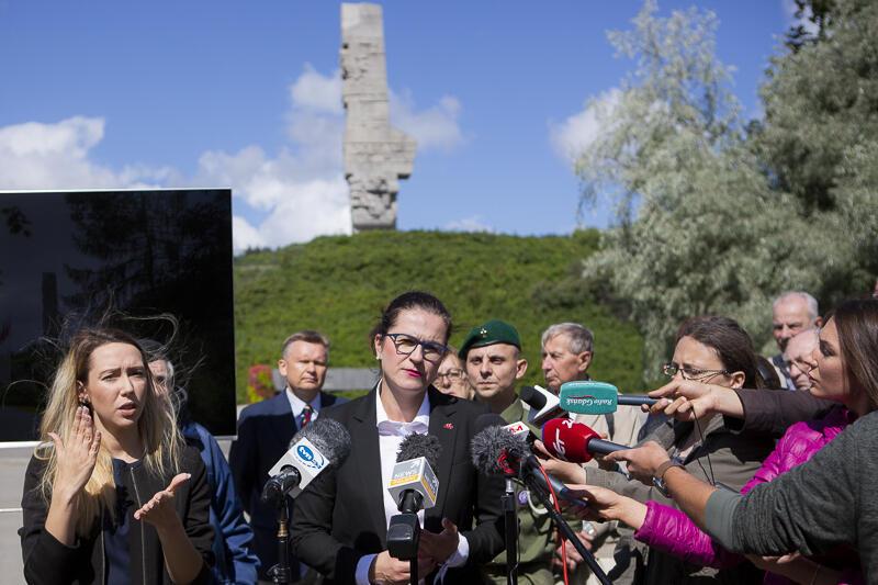 Prezydent Aleksandra Dulkiewicz podczas piątkowego briefingu na Westerplatte, który wzbudził duże zainteresowanie mediów