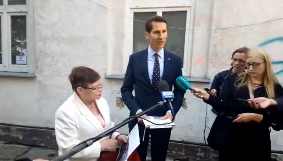 Przewodniczący klubu PiS zorganizował w piątek konferencję prasową przy ul. Sierocej. Na zdjęciu (od lewej): Maria Wucka i Kacper Płażyński