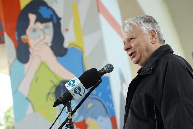 senator RP Bogdan Borusewicz, w tle jego żona - bohaterka muralu - Alina Pienkowska -Borusewicz