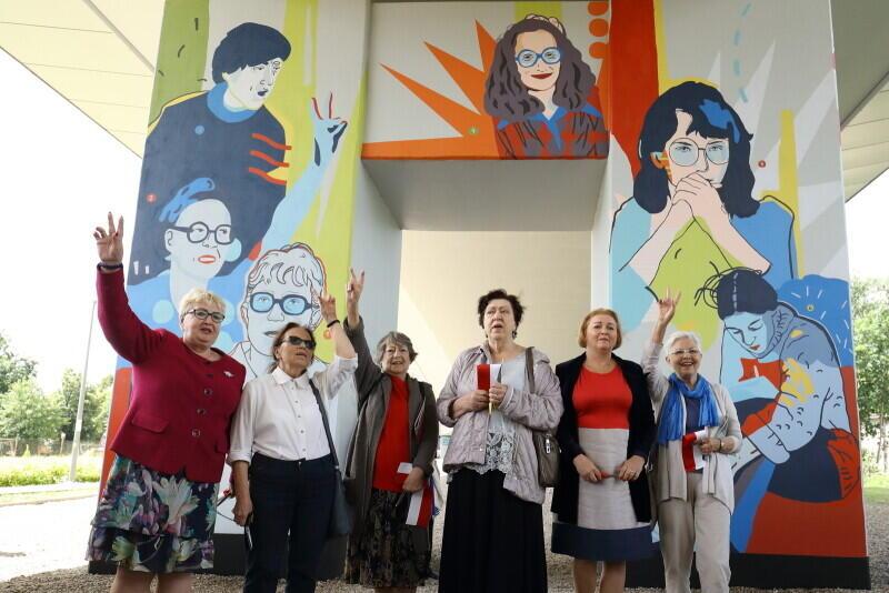 Na zdjęciu bohaterki muralu, które wzięły udział w odsłonięciu dzieła, od lewej: Henryka Krzywonos-Strycharska, Joanna Duda-Gwiazda, Joanna Wojciechowicz, Urszula Ściubeł, Ewa Ossowska, Elżbieta Goetel-Dąbkowska